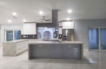 light grey large-format-tile-lithium-pearl-installed-in-an-open-kitchen-concept